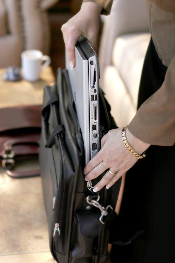Geschäftsfrau-Verpackung/Entpacken der Laptop-Computers stockbilder
