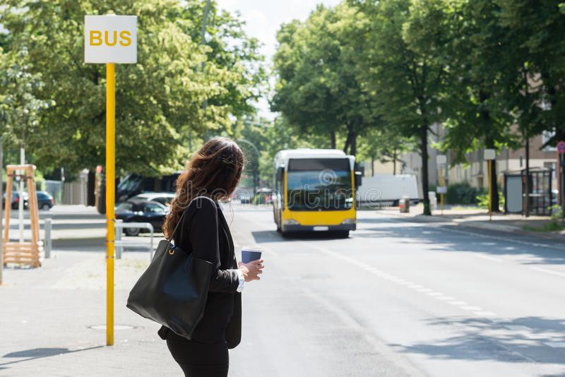 Geschäftsfrau Waiting For Bus lizenzfreies stockbild