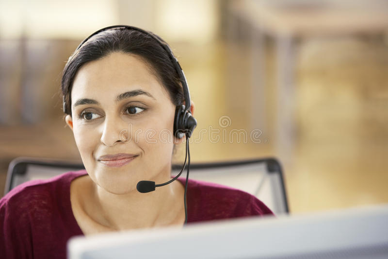 Geschäftsfrau-Wearing Headset In-Call-Center stockfotografie