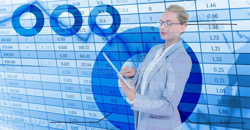 Geschäftsfrau, welche die digitale Tablette bereitsteht numerischen Hintergrund hält stockbild