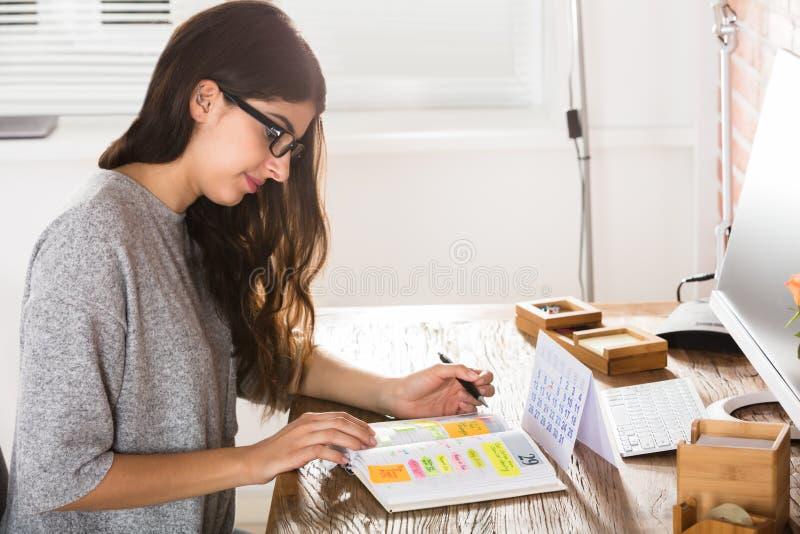 Geschäftsfrau-Writing Schedule In-Tagebuch stockbilder