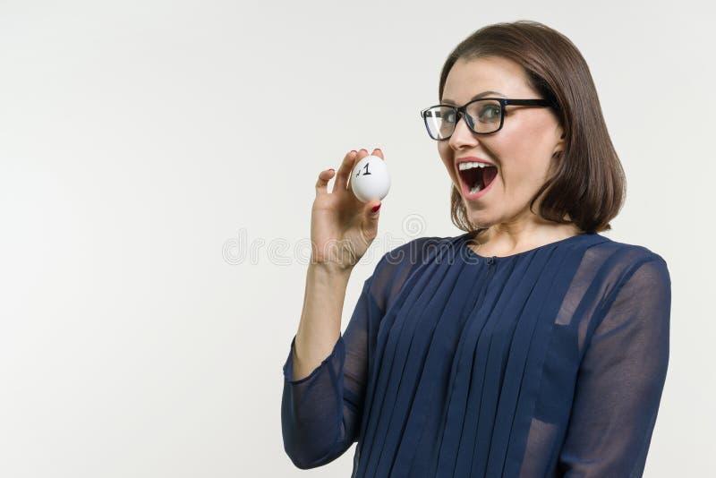Geschäftsfrau zeigt Nr. 1 Abstraktes Ei mit Textnummer eins stockfotografie