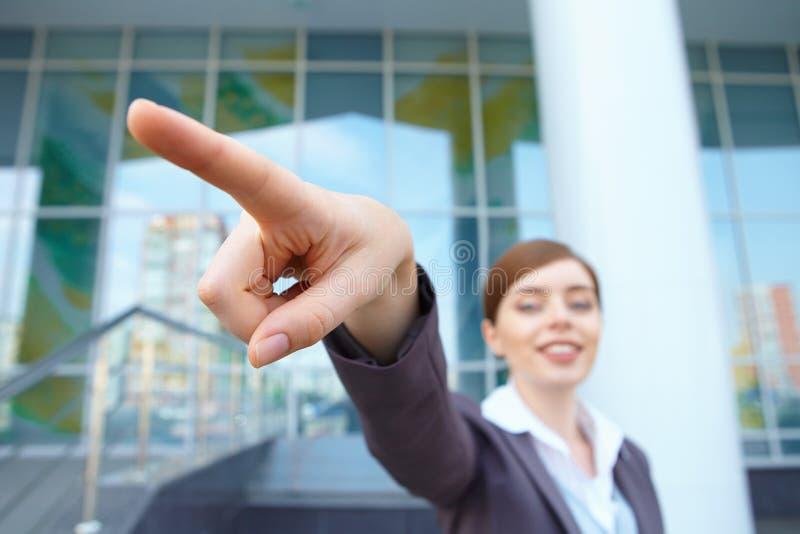 Geschäftsfrau zeigt richtige Richtung. stockbilder