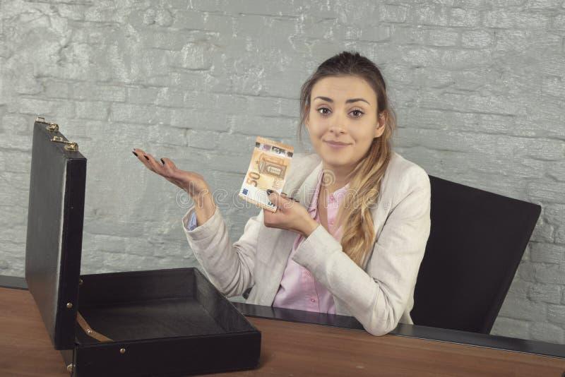 Geschäftsfrau zeigt, wie viel Bestechungsgeld ihr angeboten wurde stockfoto