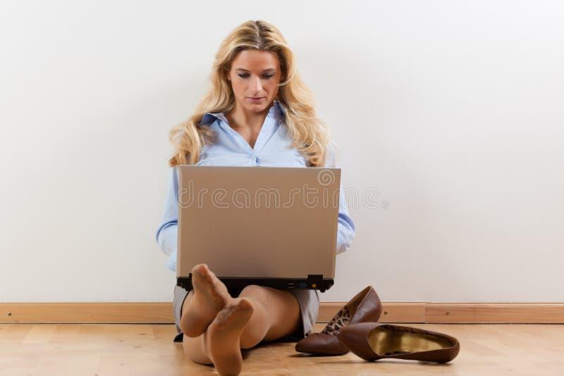 Geschäftsfrau zu Hause lizenzfreie stockfotografie