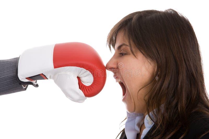 Geschäftsfrau zwei mit dem Verpackenhandschuhkämpfen stockfotografie