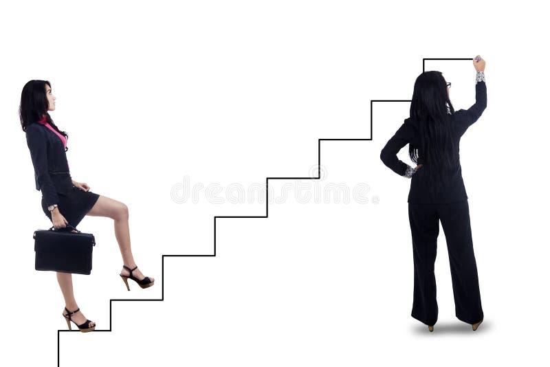 Geschäftsfrauabgehobener betrag die Weise in Richtung zum Erfolg lizenzfreie abbildung