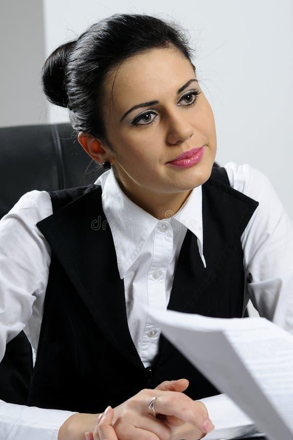 Geschäftsfrauanalysieren stockfotografie