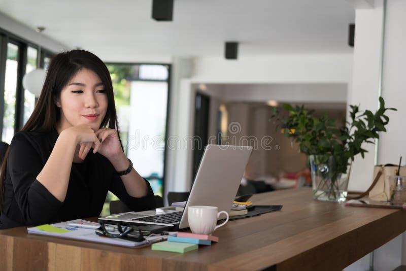 Geschäftsfrauarbeit mit Laptop im Büro Startgeschäftseigentümer stockbilder