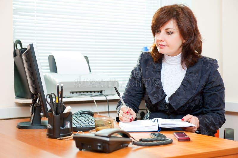 Geschäftsfrauarbeiten lizenzfreie stockbilder