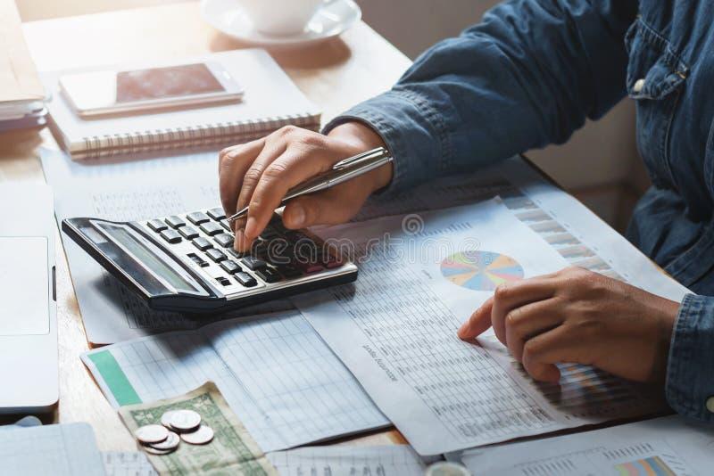 Geschäftsfrauarbeitskontrolldaten der Dokumentenfinanzierung stockbild