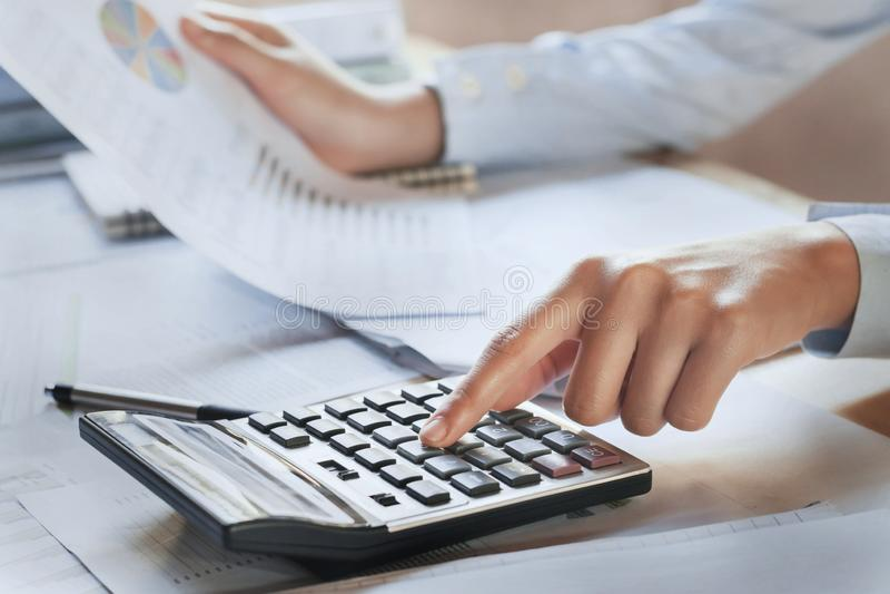 Geschäftsfrauarbeitskontrolldaten der Dokumentenfinanzierung stockfoto