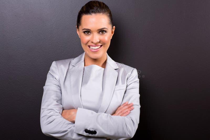 Geschäftsfrauarme gefaltet lizenzfreie stockbilder