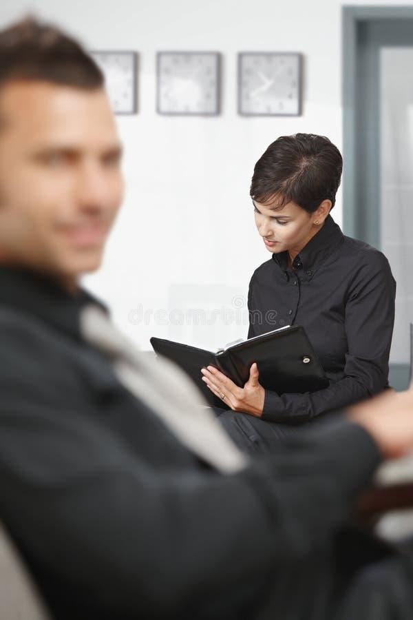 Geschäftsfrauaufwartung lizenzfreie stockfotografie