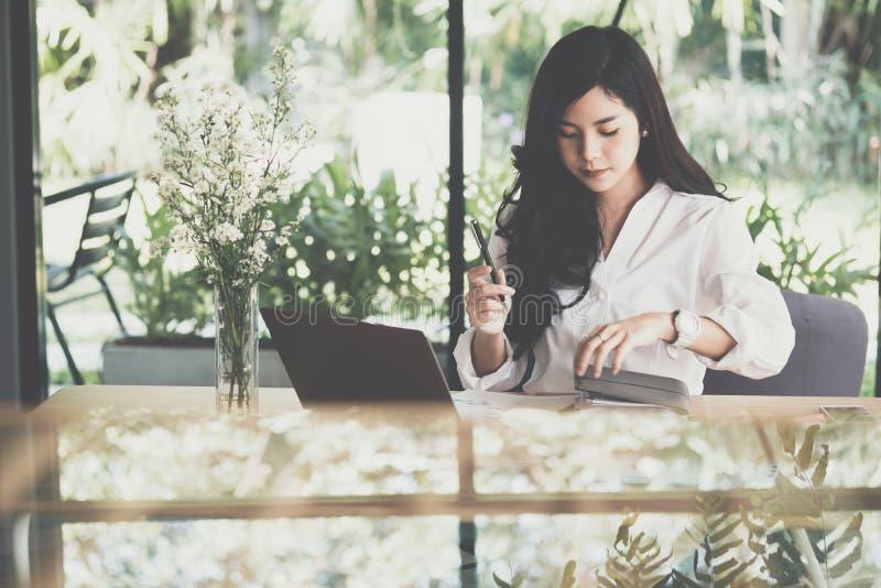 Geschäftsfraubehälter mit Notizbuch am Arbeitsplatz Start wo stockfoto