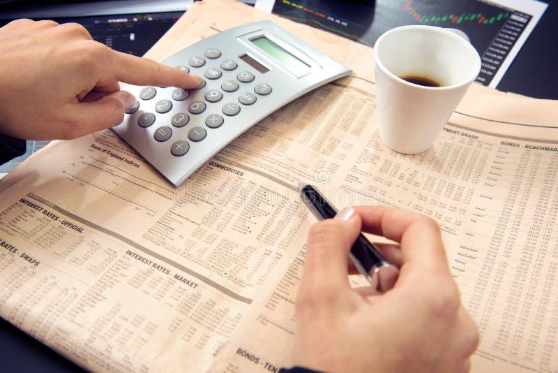 Geschäftsfrauberechnung lizenzfreies stockbild