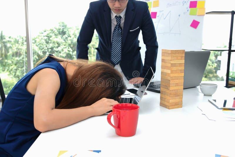 Geschäftsfraubiegung der müden Angst gehen asiatische unten auf Computerlaptop während der Sitzung im Konferenzsaal voran stockbilder
