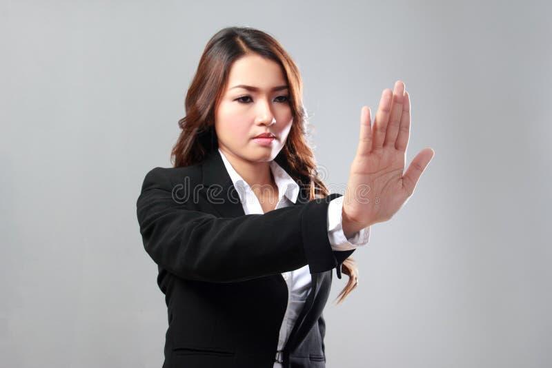 Geschäftsfraubild des Von Hand eindrückens etwas zum virtuellen backgro lizenzfreie stockfotografie