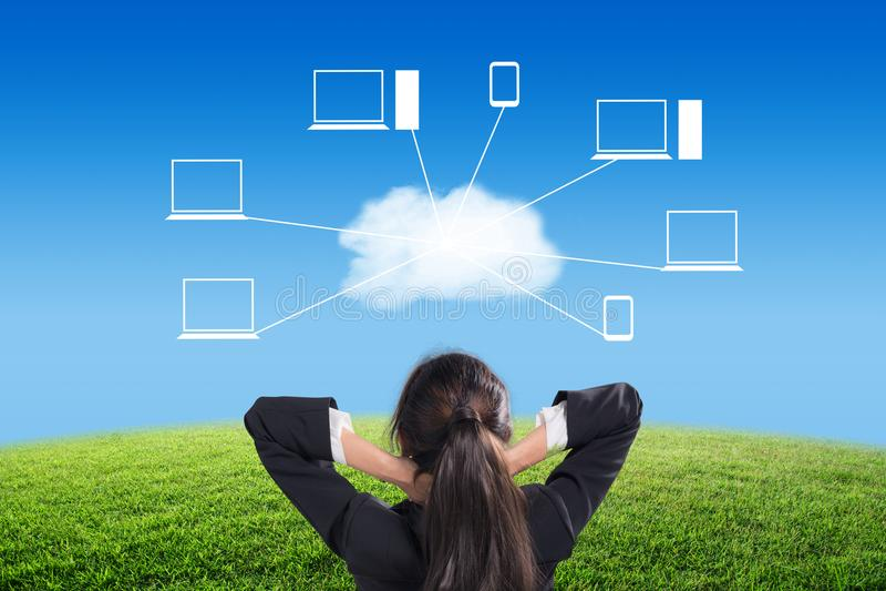 Geschäftsfraublick zum blauen Himmel und Wolke mit Ikone bewölken Netzhintergrund lizenzfreie stockfotografie