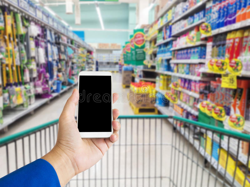 Geschäftsfrauen übergeben Smartphone oder Handy auf Innenministeriumba stockfotos