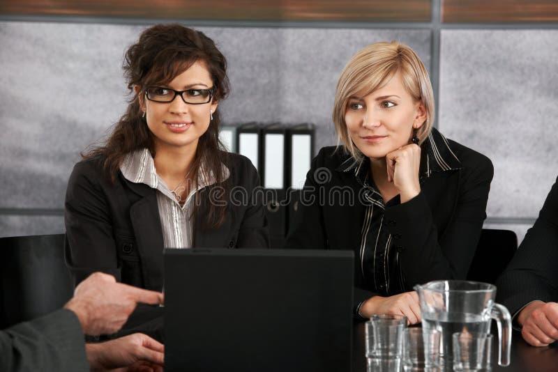 Geschäftsfrauen auf Sitzung lizenzfreie stockbilder