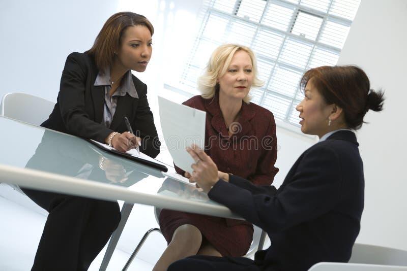 Geschäftsfrauen bei der Sitzung stockbilder