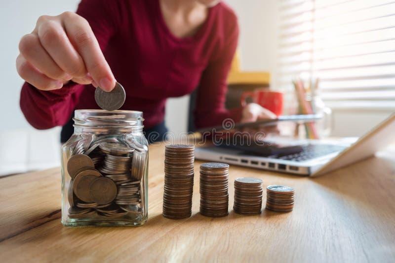 Geschäftsfrauen berechnen tägliche Ausgaben lizenzfreie stockbilder