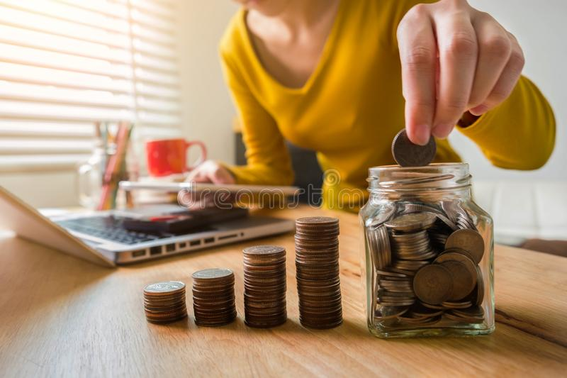 Geschäftsfrauen berechnen tägliche Ausgaben stockfotos