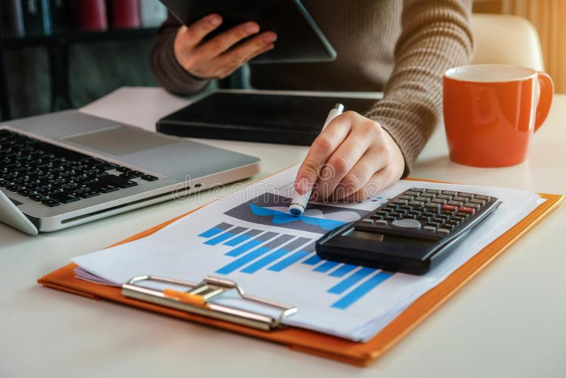 Geschäftsfrauen berechnet Finanzverhältnisse lizenzfreies stockbild