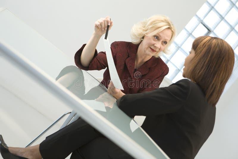 Geschäftsfrauen in der Sitzung stockbilder