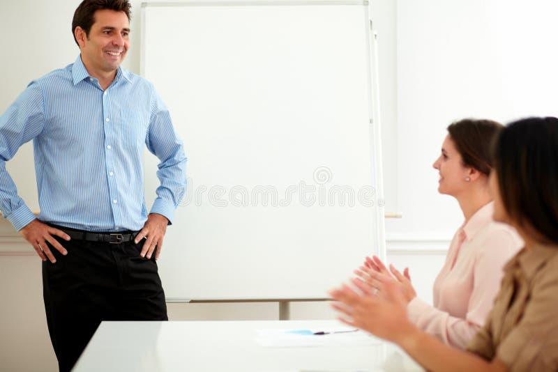 Geschäftsfrauen, die Applaus in einer Sitzung geben stockbild