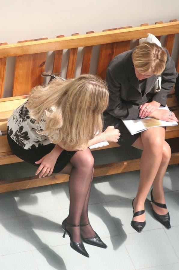 Geschäftsfrauen, Die Auf Der Bank Sitzen Lizenzfreie Stockfotografie