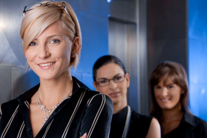 Geschäftsfrauen, die Aufzug warten lizenzfreie stockfotos