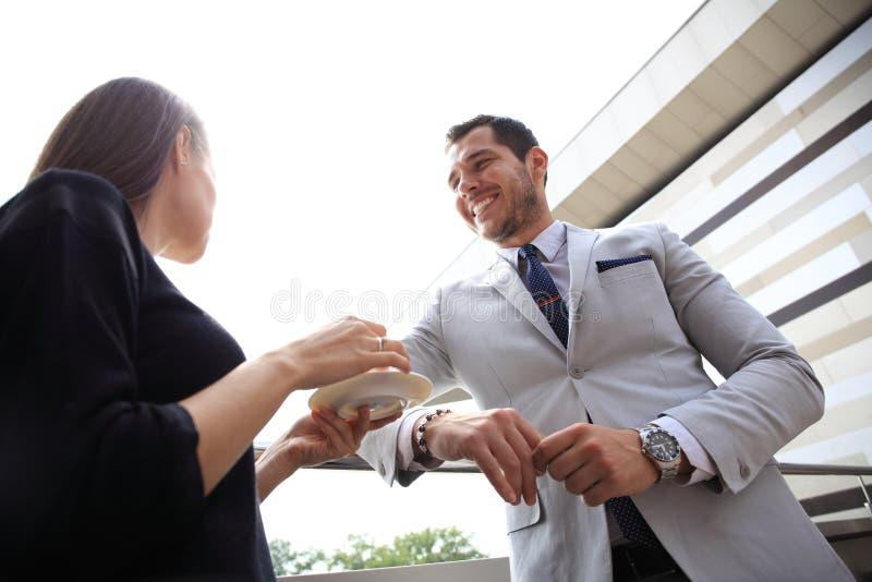 Geschäftsfrauen, die Bruch auf der im Freien trinkenden Kaffeunterhaltung der Büroterrasse haben lizenzfreie stockfotos
