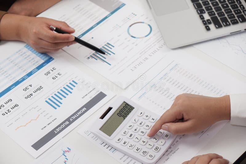 Geschäftsfrauen, die in der Büroteamwork gedanklich löst erklärendes Geschäftskonzept zusammenarbeiten lizenzfreie stockbilder