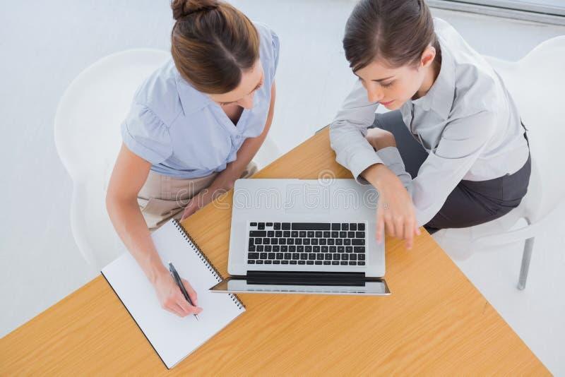 Geschäftsfrauen, die eine Sitzung haben lizenzfreie stockbilder