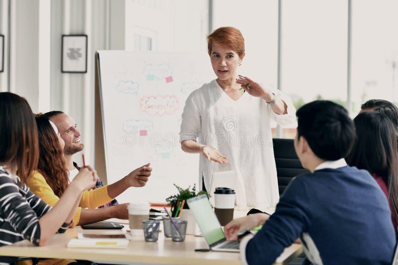 Geschäftsfrauen, die eine Sitzung unter Kollegen in einer Sitzung führen stockfotos