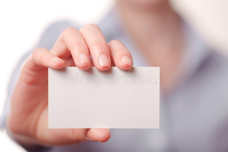 Geschäftsfrauen, die eine Visitenkarte übergeben stockbild