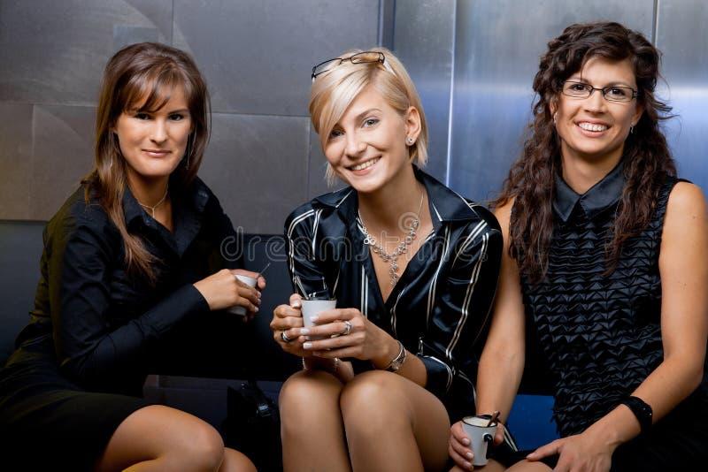 Geschäftsfrauen, die Kaffee trinken lizenzfreies stockbild