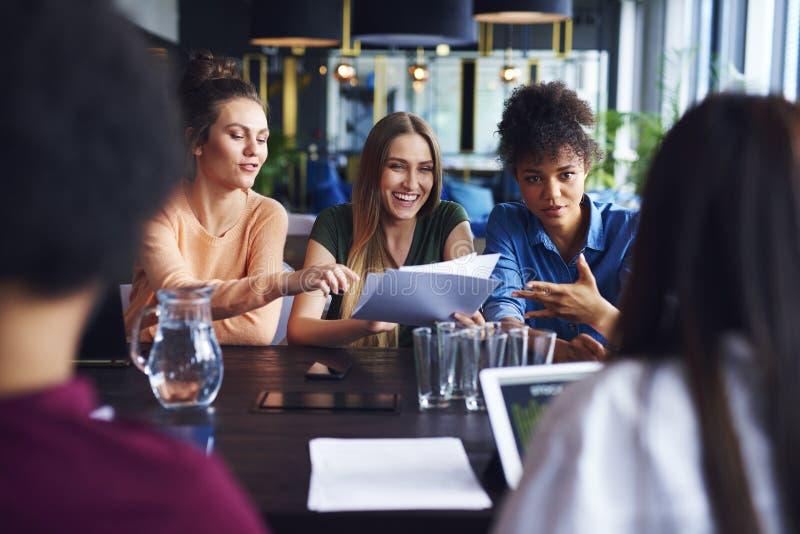 Geschäftsfrauen, die Konferenz im Büro haben stockfotos