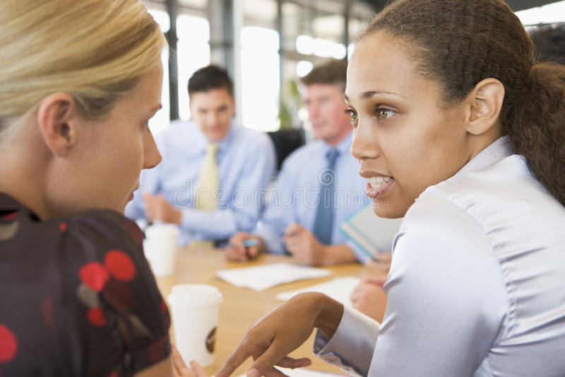 Geschäftsfrauen, die miteinander während der Sitzung sprechen lizenzfreie stockfotos