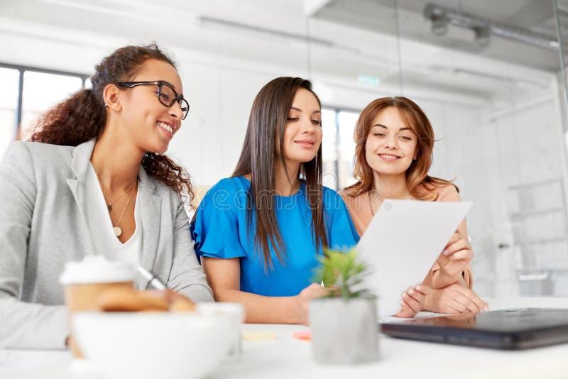 Geschäftsfrauen, die Papiere im Büro besprechen stockfoto