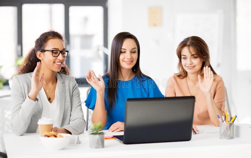 Geschäftsfrauen, die Videochat im Büro haben lizenzfreies stockbild