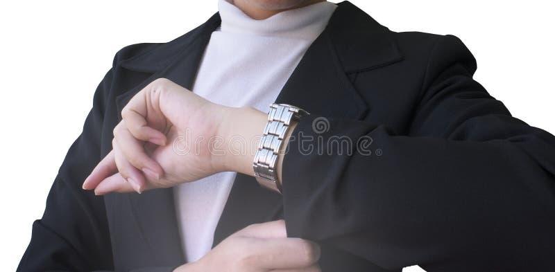 Geschäftsfrauen, die Zeit auf ihrer Armbanduhr aufpassen stockfoto