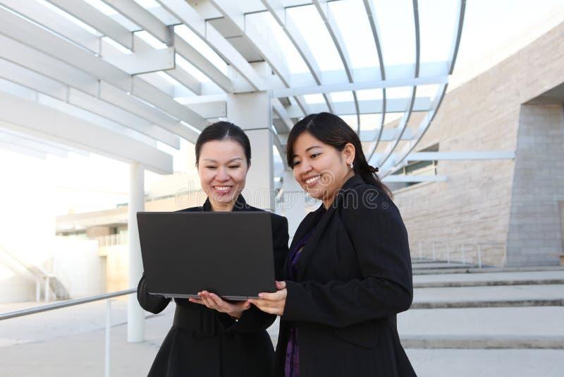 Geschäftsfrauen im Büro stockbild