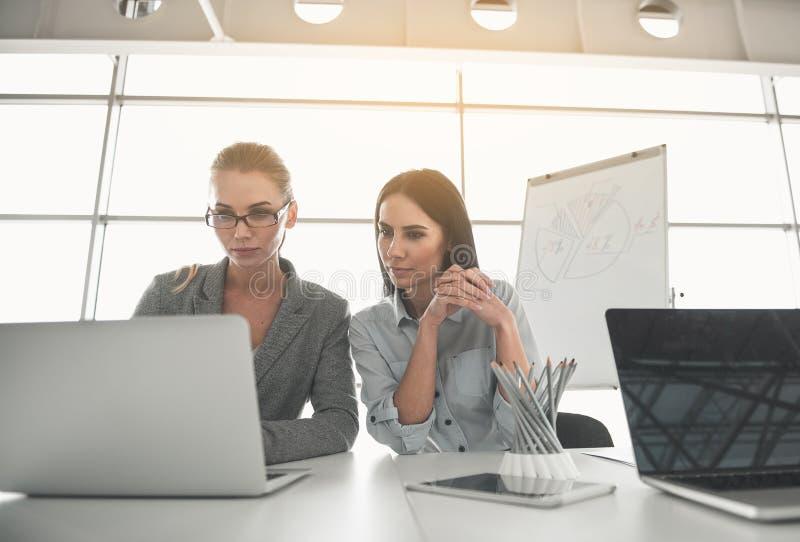 Geschäftsfrauen konzentriert auf moderne Technologie lizenzfreie stockfotos