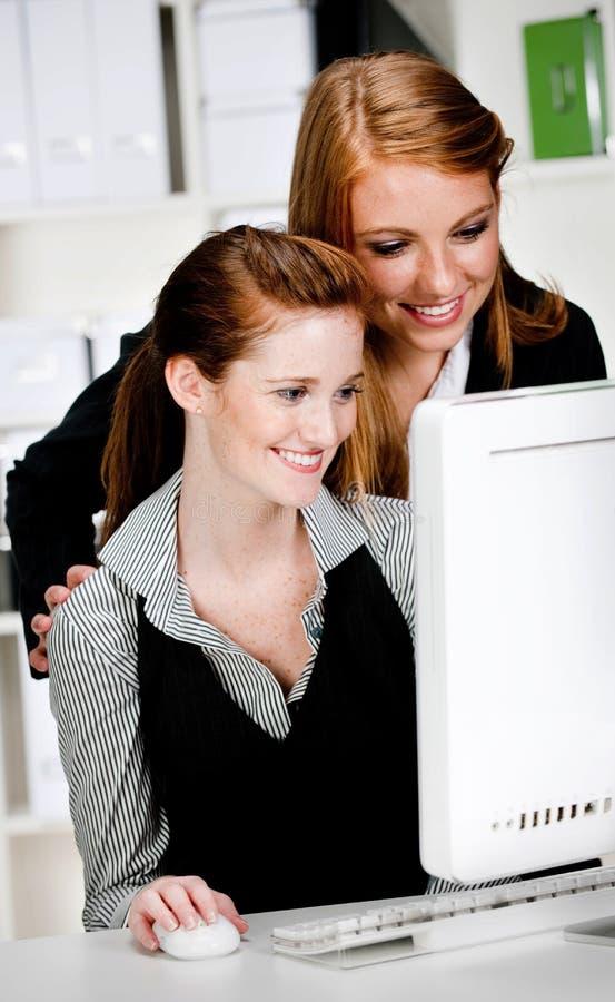 Geschäftsfrauen mit Computer stockbilder