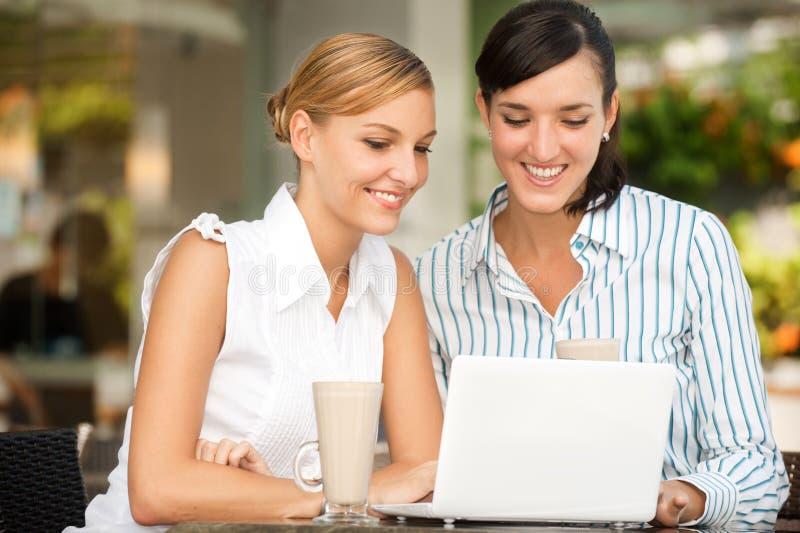 Geschäftsfrauen mit Kaffee stockbilder