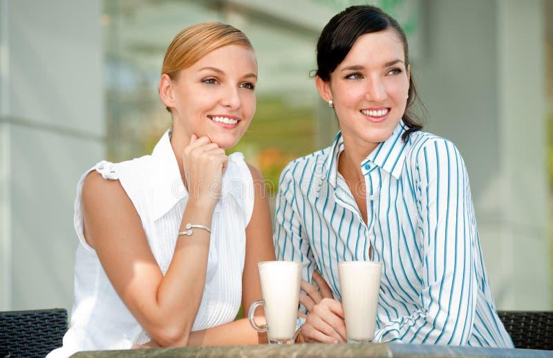 Geschäftsfrauen mit Kaffee lizenzfreie stockfotos