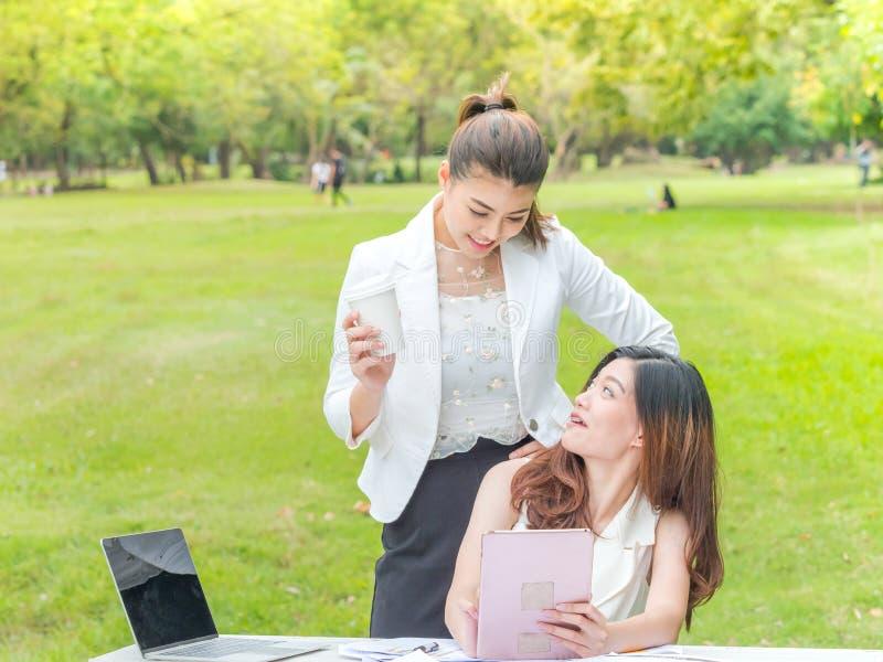 Geschäftsfrauen mit Laptop draußen lizenzfreie stockfotografie